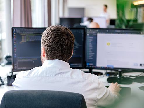 Ein Bild eines Programmierers an seinem Arbeitsplatz